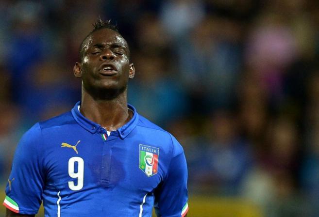 Mario Balotelli se lamenta del fallo de una ocasión.