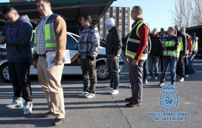 Agentes de la Policía Nacional tras la detención de varios de los...
