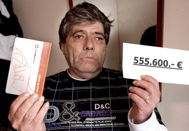 Rafael Ricardi muestra la cartilla bancaria y el importe de la...