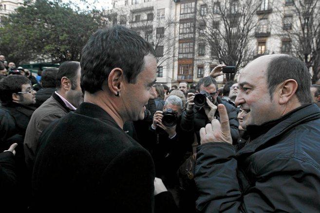 Hasier Arraiz habla con Andoni Ortuzar al inicio de una manifestación...
