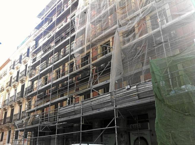 Fachada de edificio de pisos en rehabilitación en Madrid.