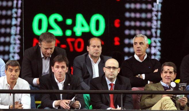 La nueva directiva del Bilbao Basket en uno de los últimos partidos...