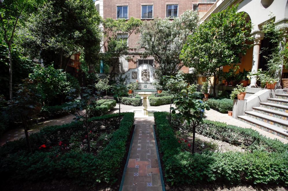 El jardín, que rodea buena parte del edificio es una creación más...