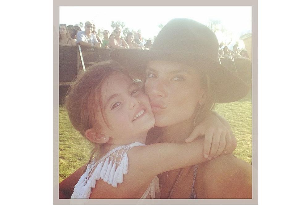 Alessandra Ambrossio regala 'selfies' junto a su 'ángel', su hija...