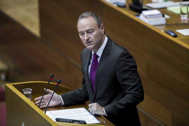 El presidente, Alberto Fabra, en la tribuna de oradores de las Cortes...
