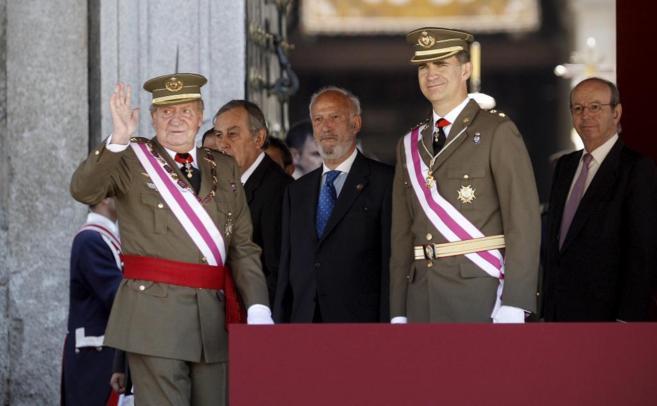 Don Juan Carlos y el Príncipe Felipe, en un acto militar en El...