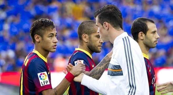 Neymar y Bale se saludan antes del choque de Liga Barcelona - Real...
