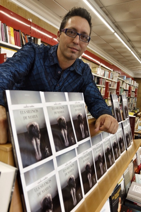 El escritor y vicerrector de la UA, Carles Cortés, en la librería 80...