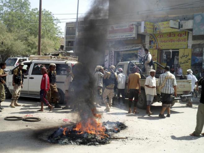 Un grupo de yemeníes quema neumáticos durante un acto de protesta en...