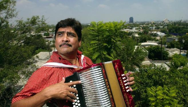 El acordeonista en el tejado de su casa en Monterrey (México).