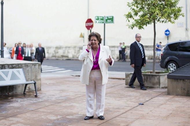 La alcaldesa de Valencia, Rita Barberá, habla por teléfono.