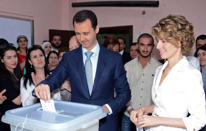 El presidente de Siria, Bashar Asad, y su mujer votan en Damasco.