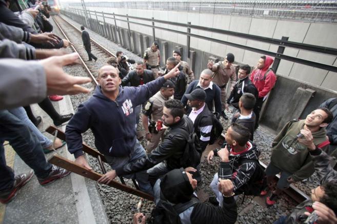 La policía trata de evacuara a un piquete de las vías del metro en...