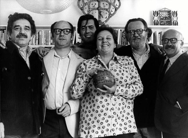 Balcells rodeada de Gabo, Jorge Edwards, Mario Vagas Llosa, José...