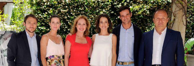 Ana Rodríguez posa con sus hijos y su pareja, el mexicano Ernesto...