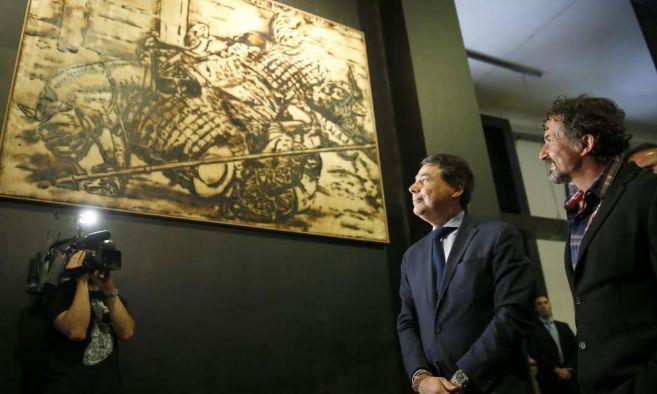 Cano e Ignacio González contemplan uno de los cuadros de la...