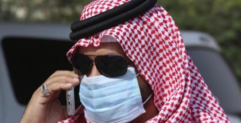Un hombre con mascarilla en Jeddah.