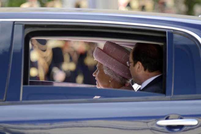 Isabel II y Hollande, este jueves a su llegada al Elíseo.
