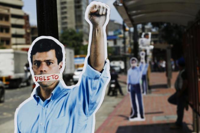 Un cartel a tamaño real de López colocado por la oposición en las...