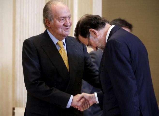 El Rey saluda a Rajoy durante la reunión de la Fundación Carolina...