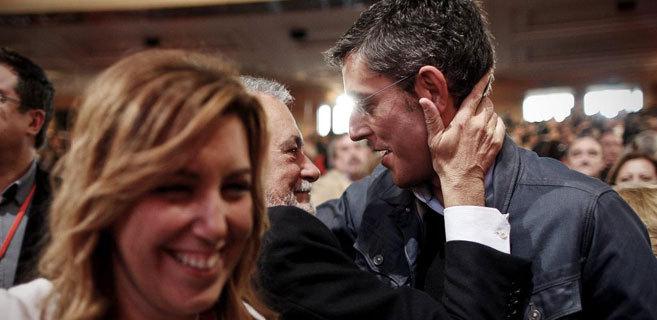 Susana Díaz, en primer término, y Eduardo Madina, detrás, abrazado...