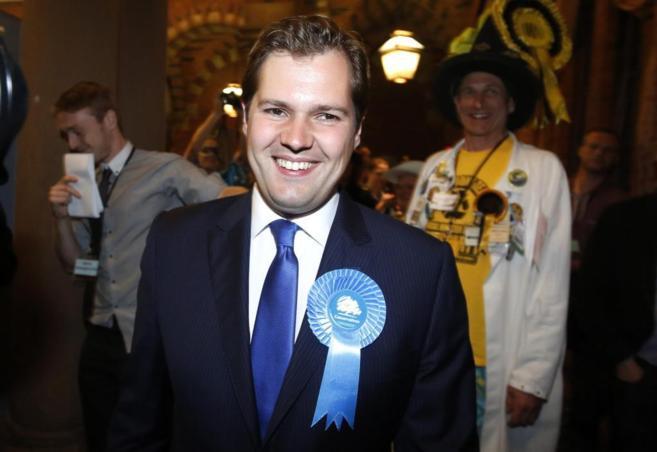 El candidato conservador Robert Jenrick tras ganar la elección...
