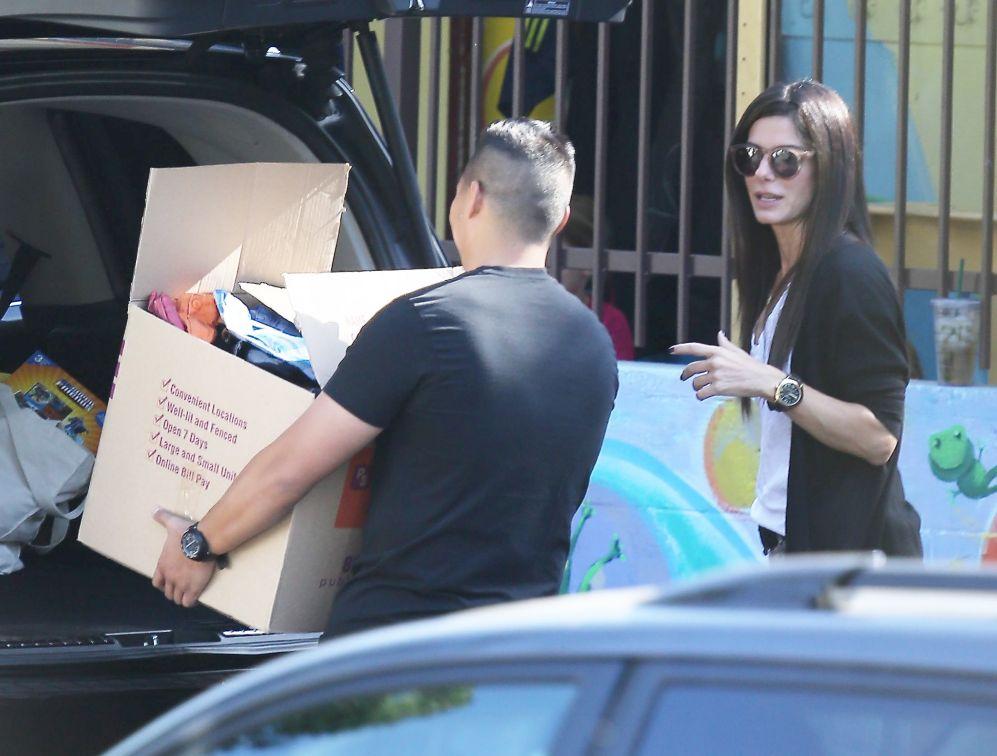 La actriz Sandra Bullock dona ropa y juguetes al colegio de su hijo....