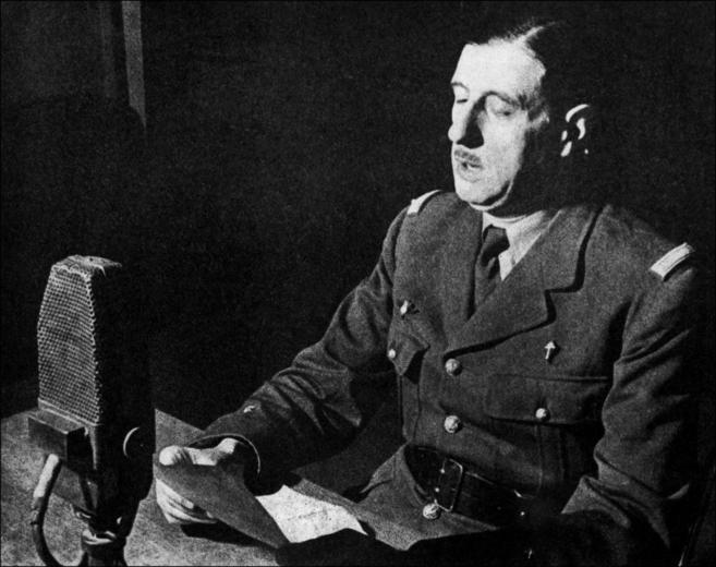 Charles de Gaulle en la grabación del mensaje  radiofónico que...