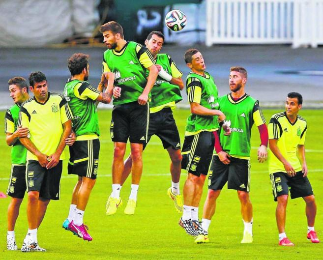 Los jugadores de la selección española, durante un entrenamiento en...