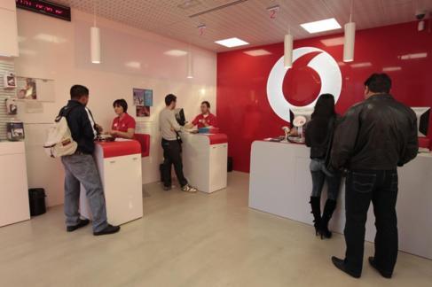 Una tienda de la compañía telefónica británica Vodafone, en...
