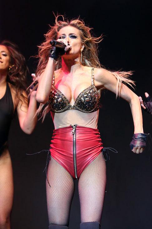 Con este 'look' subió Carmen Electra al escenario. En su afán por...