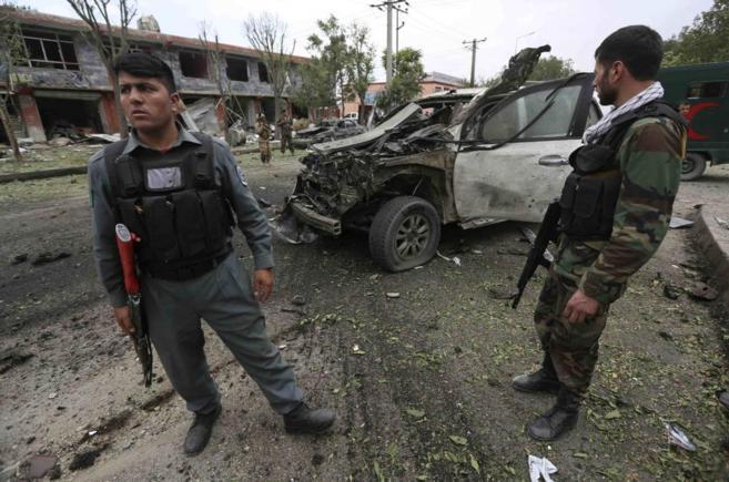 Las fuerzas de seguridad afganas investigan el sitio de ataque en...