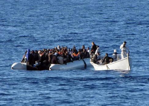 La marina militar rescara una embarcación con inmigrantes en el canal...