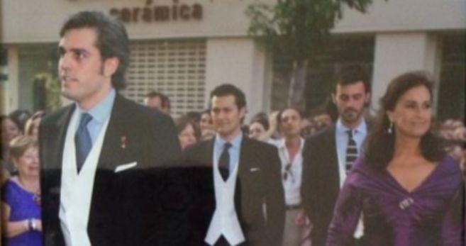 Miguel Solís Tello, a la izquierda, en la boda de su hermana Carmen....