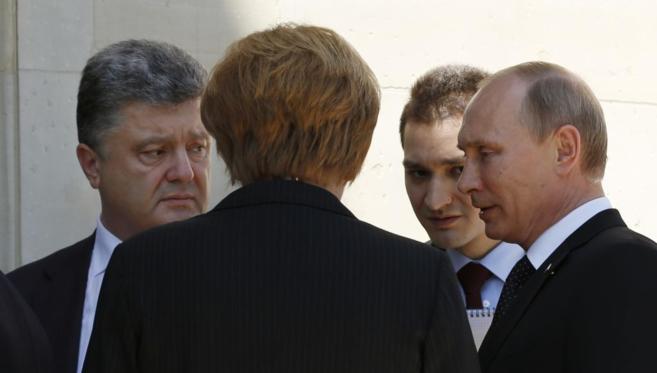 Petro Poroshenko (izd.), Angela Merkel (centro) y Vladimir Putin (d)...