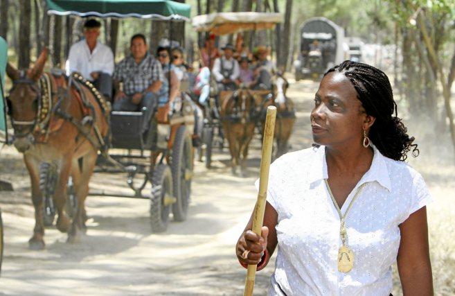 Gloria camina como peregrina hacia la basílica de la Virgen del...