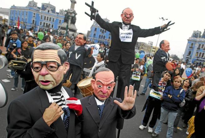 Manifestantes ataviados con caretas de Alberto Fujimori y Vladimiro...