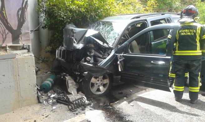 Estado del vehículo tras el impacto sufrido contra la pared en el que...