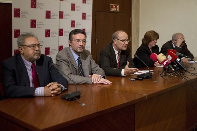 Los miembros de la junta directiva de la Academia Valenciana de la...
