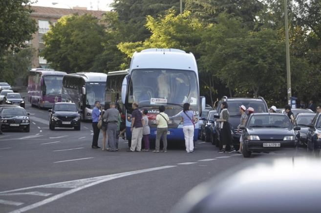 Vehículos aparcados en doble y triple fila en Julio Camba, frente a...