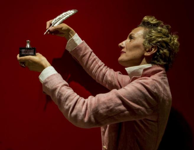 Anna Gavalda posa con la Pluma de Plata que ha recibido en la Feria...