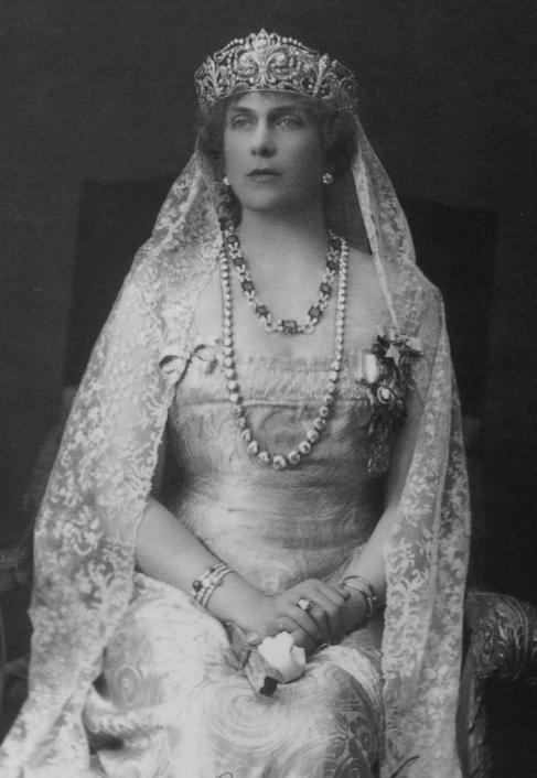 La Reina Victoria Eugenia, con la tiara Ansorena, el collar de...