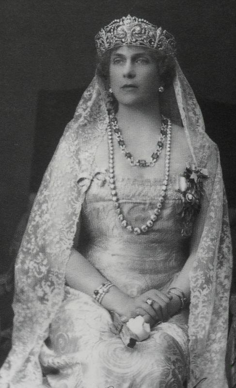 TIARA DE LAS FLORESDE LIS.  Victoria Eugenia estrenó la tiara en su...