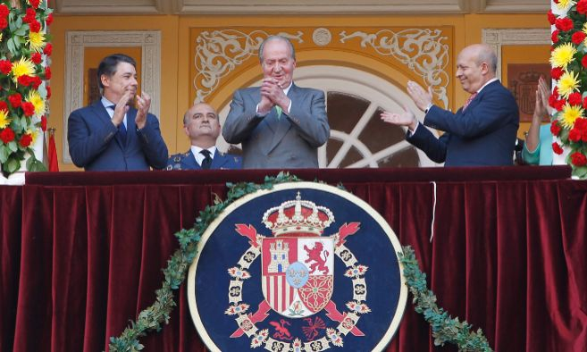 El rey Juan Carlos I junto al presidente de la Comunidad de Madrid,...
