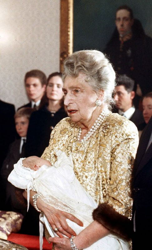 HILOS DE PERLAS. Siempre perlada, la Reina Ena se las ponía...