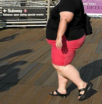 Una mujer obesa pasea por la calle