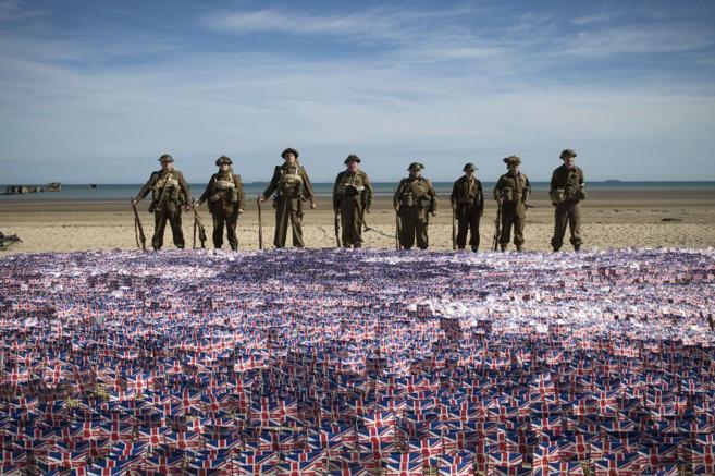 Personas llevando el uniforme británico de la Segunda Guerra Mundial...