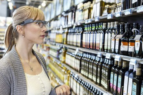 Una mujer elige productos de un lineal con unas gafas de infrarrojos...