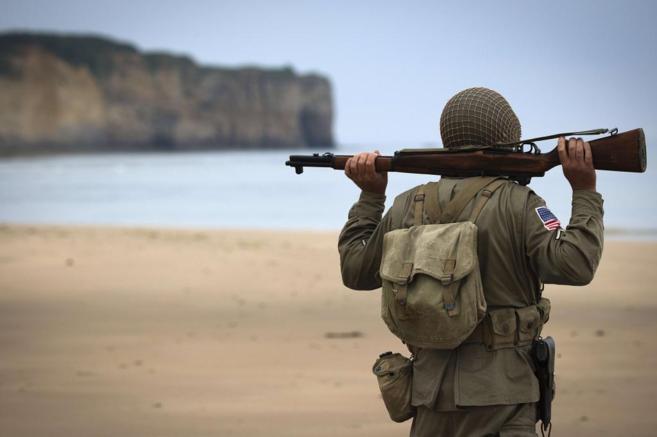 Un hombre llevando un uniforme militar de la II Guerra Mundial en la...