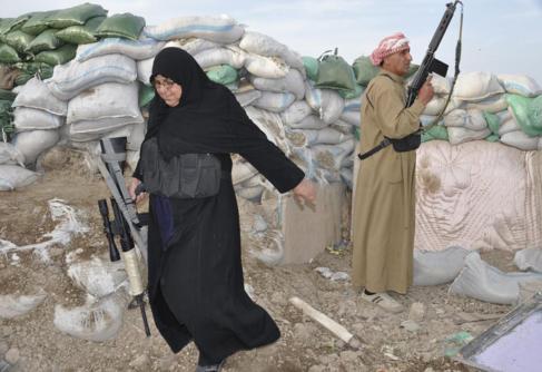 Un Muayad con su rifle durante los choques con Al Qaeda y  el ISIS, en...